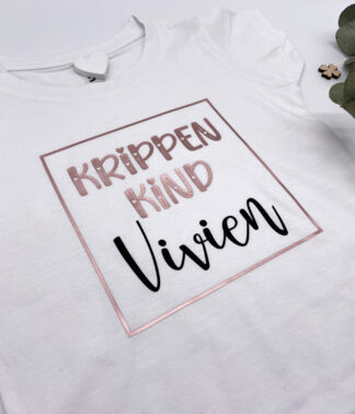 """Weißes T-Shirt """"Krippenkind personalisiert"""